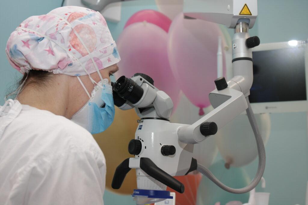 leczenie zęba pod mikroskopem